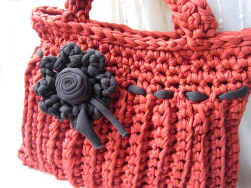 Bolso de trapillo con flor
