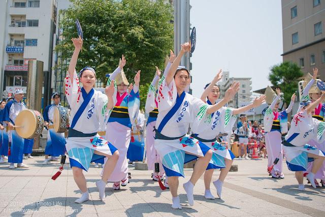 高円寺、熊本地震被災地救援募金チャリティ阿波踊り、東京新のんき連の舞台踊りの男踊りの踊り手の写真