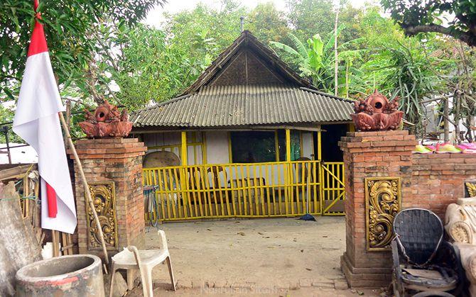 Pagar rumah yang seragam di komplek Jatipasar