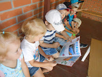 діти читають статтю про пустелю в садочку