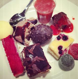 Jälkiruokabuffetti Tallink Megastar suklaata kakkuja jäätelöä