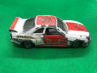 日産 スカイライン GT-R R33 のおんぼろミニカーを側面から撮影