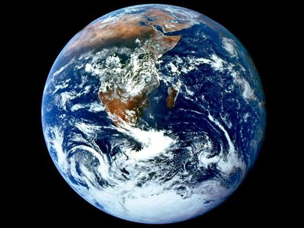 """A causa del derretimiento de los hielos de Groenlandia, en el polo norte, y la Antártida, en el polo sur, el planeta está """"engordando"""" alrededor del Ecuador, así lo reseñó Infobae.com. Según informa el periódico español ABC, la Tierra está engordando alrededor de su """"cintura"""". Debido al movimiento de rotación alrededor de su eje, nuestro planeta no es un esfera, sino que los polos están más achatados y el Ecuador es más ancho. Sin embargo, la novedad, según un nuevo análisis elaborado por científicos de la Universidad de Colorado en Boulder y que publica Inside Science, es que el cúmulo"""