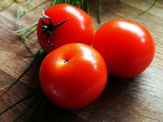 tomat baik dalam menjaga kecantikan kulit
