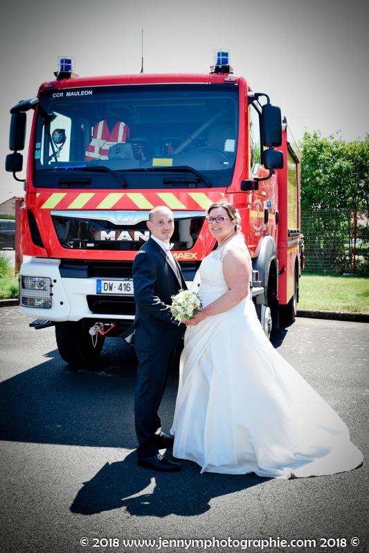 photo de couple mariés devant camion de pompiers