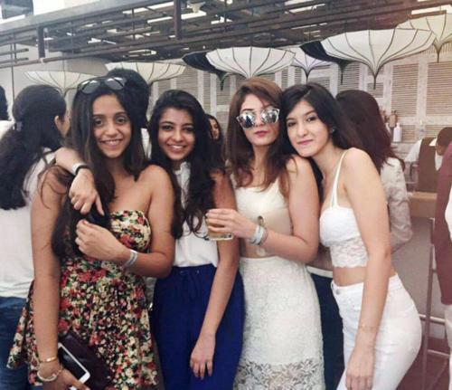 Shanaya Kapoor with her friends