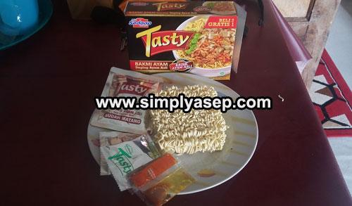 """UNBOXING  : Saat isi kotak Mie Syedap """"TASTY"""" Bakmi Ayam dikeluarkan isinya untuk dibedah dan direview.  Banyak ya.  Foto Asep Haryono"""