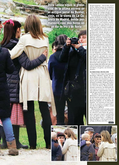 Queen Letizia stayed around 2 hours on set. She was offered a pair of rubber boots that she rejected. Instead, she chose to visit the set arms linked with Jorge Sanz and hand in hand with Penélope Cruz,