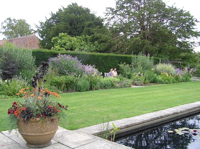 donice w ogrodzie, rabata bylinowa, formalny staw