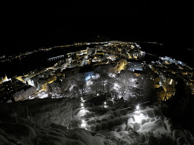 Wzgórze aksla widok Alesund nocą