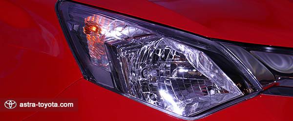 Desain lampu belakang Toyota Calya dengan hexagonal hologen headlamp dan multireflektor sehingga semakin tajam dan modern
