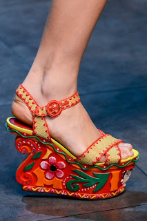 Nakış İşlemeli Hint İşi Dolgu Topuk Sandalet Modeli