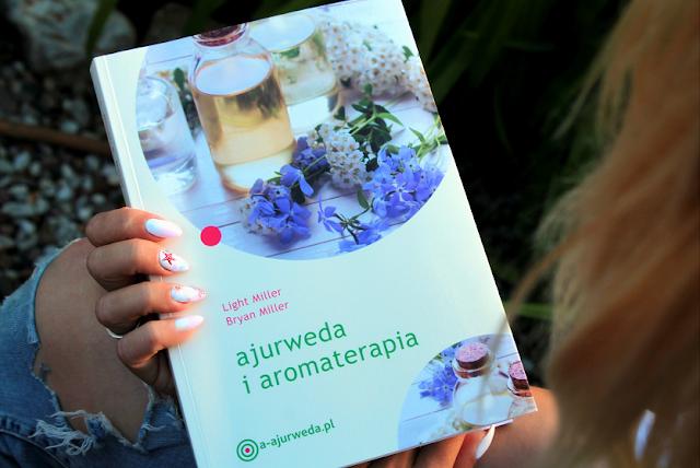 """Olejki eteryczne w kosmetyce i medycynie niekonwencjonalnej - czy naprawdę czynią cuda? Recenzja poradnika """"Ajurweda i aromaterapia""""  [zielonysklep.com]."""