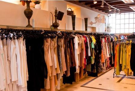 d323ed9d3 Logo na entrada estão as roupas de festa, vestidos e sapatos, a grande  maioria em excelente estado de conservação (cuidado com os sapatos, ...