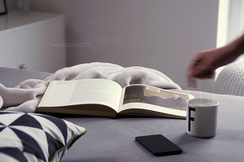 Moody Sunday in bed with tea, pillows and art books   Photo by Tasteboykott Blog