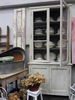 Alacena y porcelana del Antigüedades Merale en el desembalaje de Bilbao