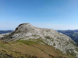 Falla Valnera desde Armañón, el rocoso Jorrios sobre la falla, Trucíos, Bizkaia