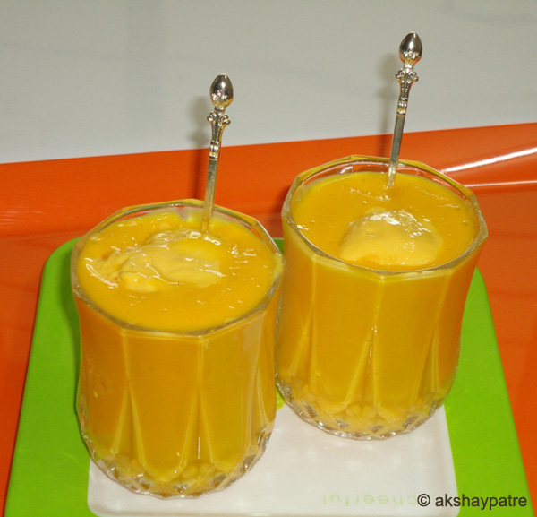 mango mastani in serving glasses