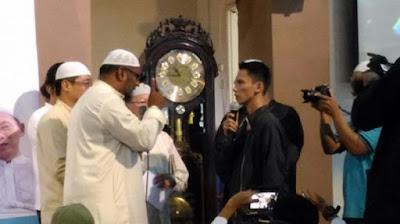 Kamarudin Abdullah dan disaksikan jamaah Masjid Darussalam