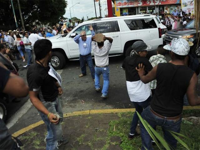 Agreden con palos y piedras a Ricardo Anaya y Miguel Ángel Yunes
