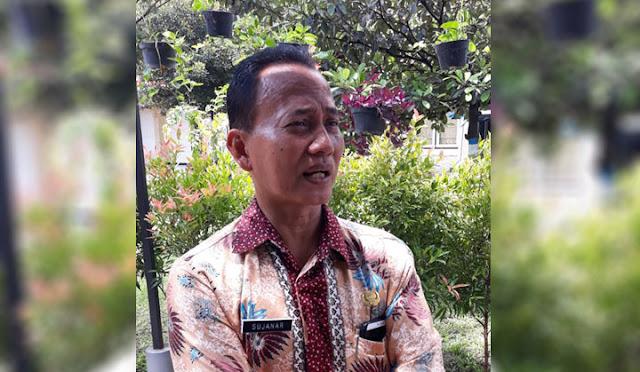 Kepala sekolah SMP Negeri 1 Lumajang, Sujanar