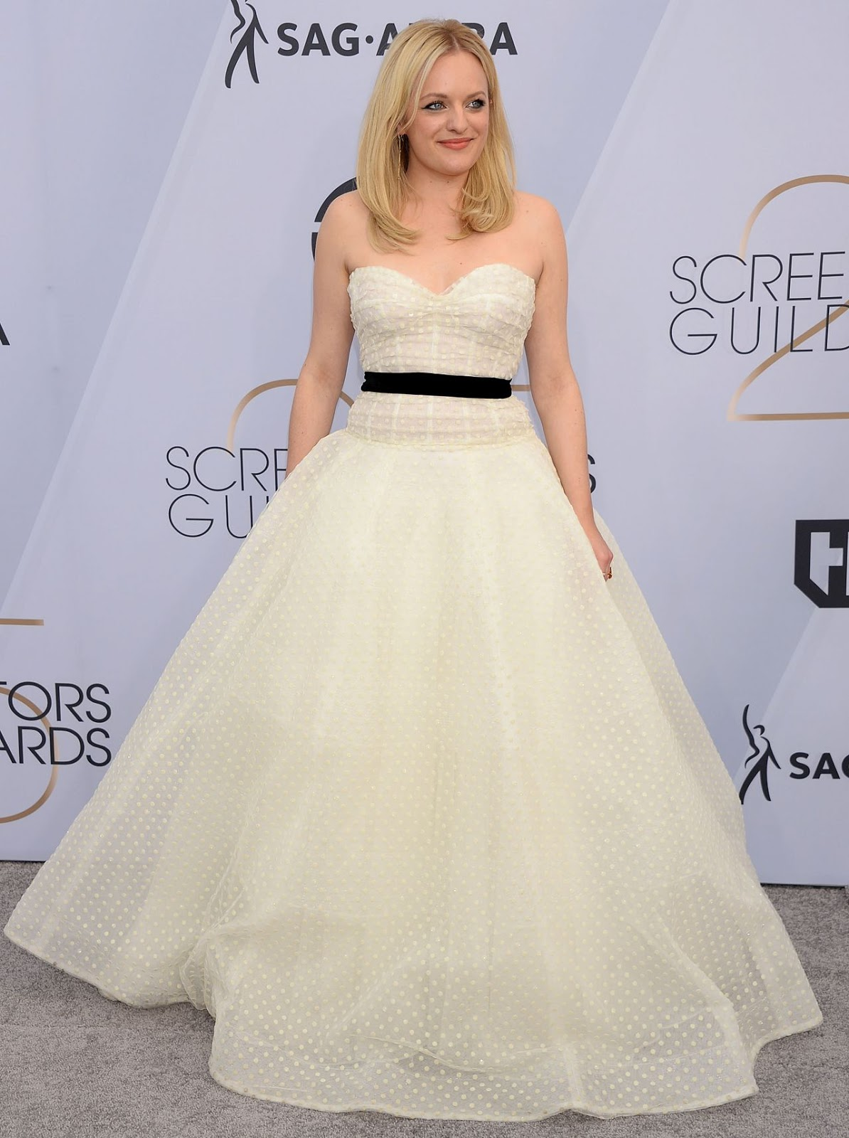 Elisabeth Moss Has a Princess Moment at SAG Awards 2019