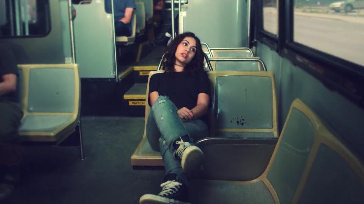 Prevendo o futuro, Cara aparece em uma das cenas segurando seu primeiro Grammy. Será que falta muito pra se tornar real?