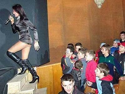 Schulkinder bei Musik-Aufführung in Schule lustig witzig