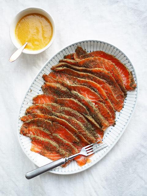 Fenkoligraavattu-lohi, jauhetulla-fenkolilla-mausettu-lohi, graavilohi, graavilohi-ja-sinappikastike, grav-lax, grav-lax-with-fennel, fennel-flavored-lax