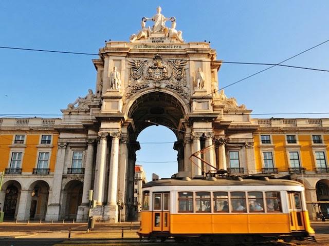 Elétrico na Praça do Comércio em Lisboa