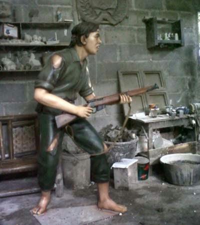membuat patung orang membawa senjata