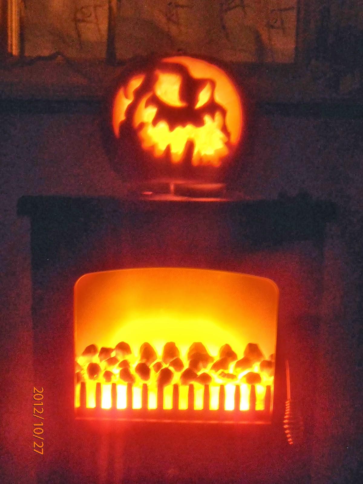 Halloween-i töklámpás a sötétben kandalló tetején