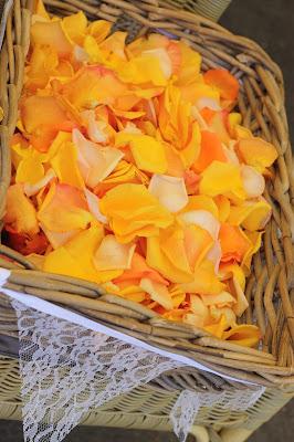 Rosenblüten Streublüten Hochzeit mit Reisemotto in Orange, Pfirsich, Apricot - Niederlande meets Russland in Garmisch-Partenkirchen, Riessersee Hotel, Bayern - Travel themed wedding orange colour scheme