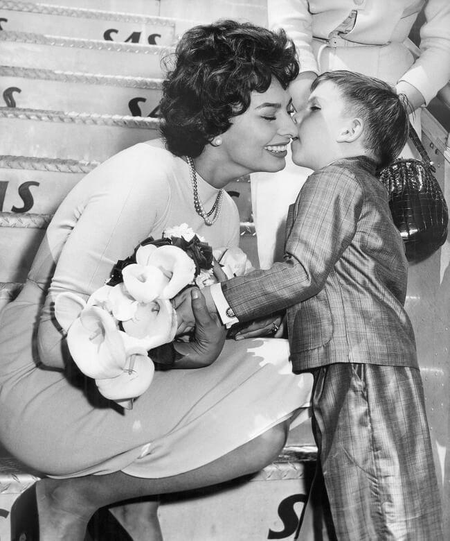 29 Pictures Of Children Of The Past Show The Differences Between Generations - A boy kissing Sophia Loren and giving her flowers, 1957