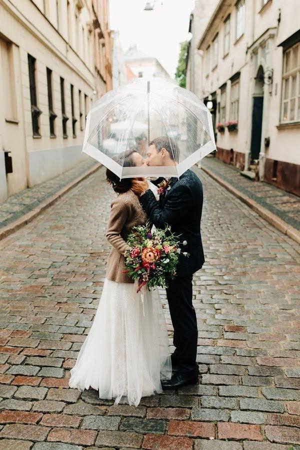 kāzu diena līst lietus fotosesija vecriga