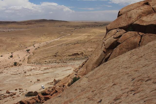 Таинственные геоглифы Намибии часть 3  Сетчатые поля Продолжение исследования распознанных открытых недавно геоглифов в Намибии, Южная часть Африки. В первой части показаны круги, вырезанные в скалах. Во второй части показаны невероятно сложные спирали и кольцевые геоглифы. В третьей части показаны геоглифы, которые встречаются вместе со спиральными пиктограммами. Геоглифы грандиозного масштаба, имеют форму непрерывных сетчатых пиктограмм на площади в сотни гектар.