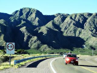 Carros na Ruta 7, em Potrerillos, Argentina