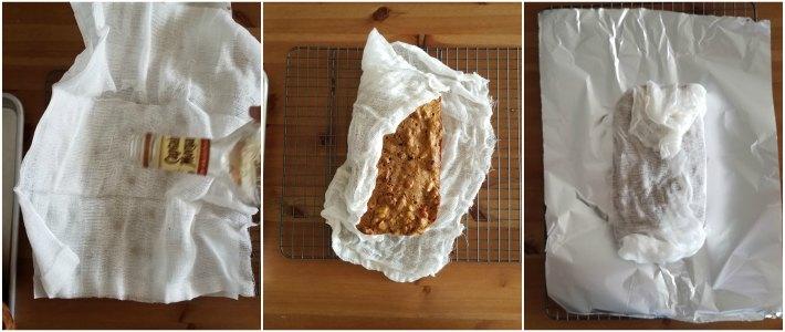 La torta se perfuma con licor, el que se agrega a un paño limpio donde se envuelve la torta