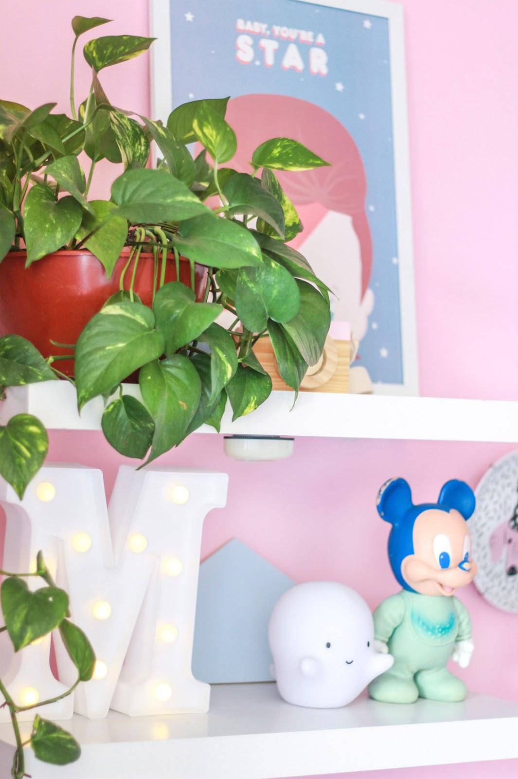 prateleiras na decoração home office letreiro luminoso