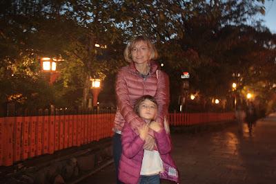 Paula y yo en las calles iluminadas de Gion