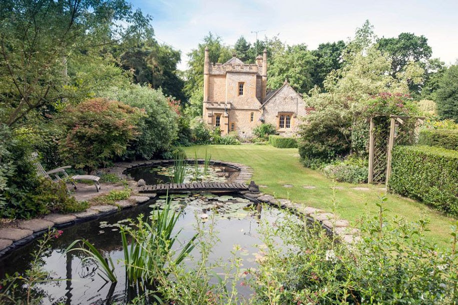 06-Pond-and-Garden-Molly-s-Lodge-the-Smallest-Castle-in-England-www-designstack-co