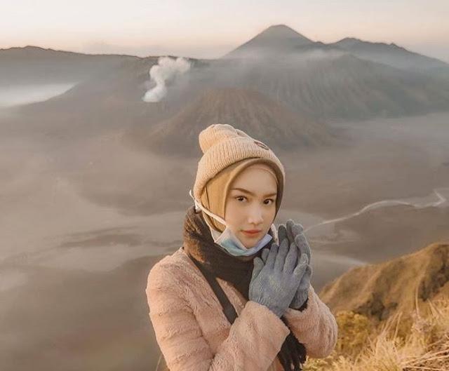cewek cantik mendaki gunung