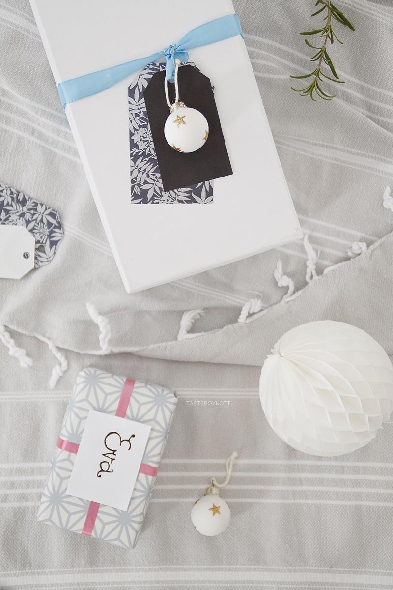 Weihnachtsgeschenke kreativ verpacken - DIY-Ideen. Aus schönem Papier Namensanhänger basteln in pastell und blau, Tapetenmuster als Geschenkpapier Upcycling. Tasteboykott Blog.