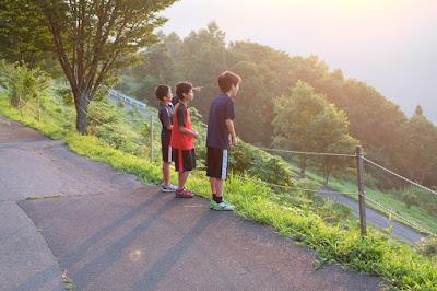 高津屋森林公園から朝日を眺める少年達