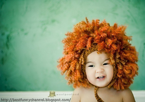 Baby in costume a lion.