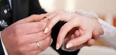 كيف أجعله يطلب مني الزواج  خاتم زواج خطوبة رجل يلبس امرأة عروسة عريس  wedding ring engagement groom bride married life man wear woman