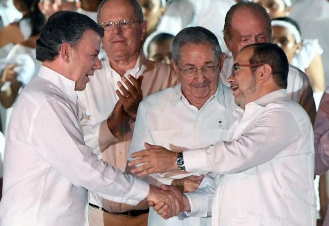 Firman acuerdo de paz el Gobierno de Colombia y las FARC