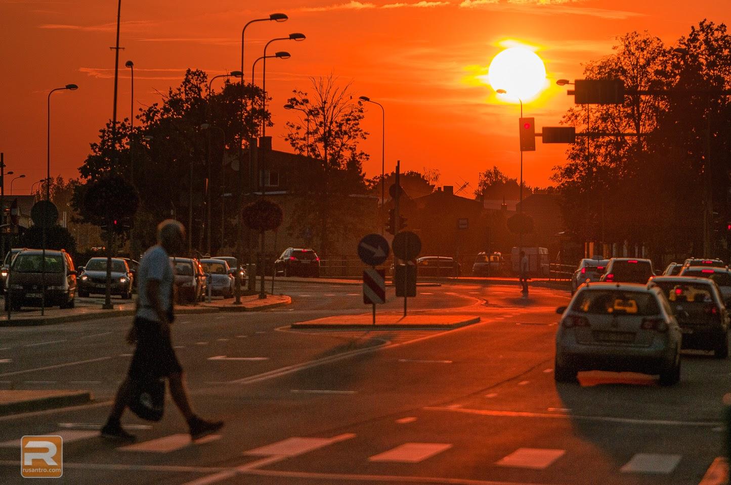 Saulriets apspīd pilsētas ielas satiksmi