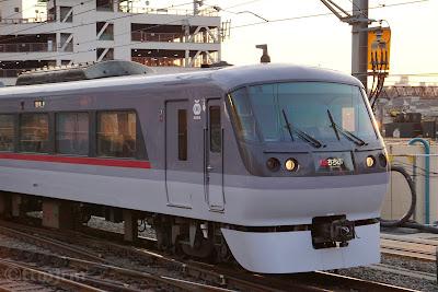 西武池袋駅に到着する10000系特急ちちぶ