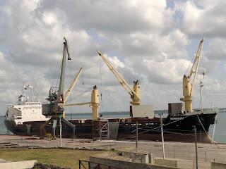 Kuba, Matanzas, Schiff im Hafen lädt Dünger